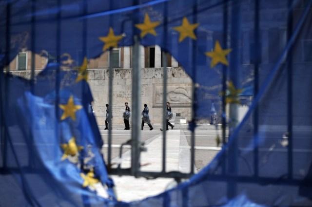 Drapeau de l'UE brûlé devant le parlement grecque le 1er mai 2013