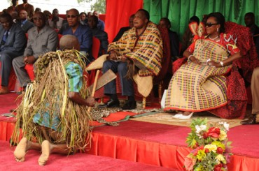 Denis Sassou Nguesso et Mama Antou en raphia à Djambala le 05 mai 2013